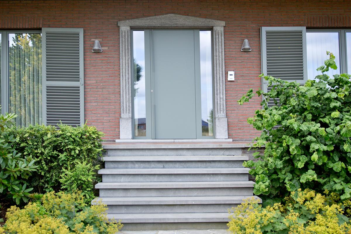 Porte d'entrée dormants vitrés latéraux aluminium teintée aux couleurs des volets et portes-fenêtres, Saint Maur des Fossés 94100 Val de Marne